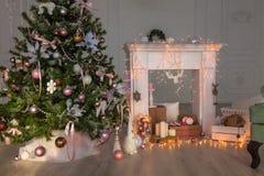 Счастливое оформление рождества Нового Года, предпосылка, камин, дерево Карточка Стоковые Фото