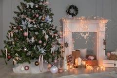 Счастливое оформление рождества Нового Года, предпосылка, камин, дерево Карточка Стоковое фото RF