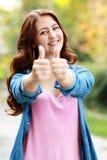 Счастливое падение о'кей выставки девочка-подростка Стоковые Фото