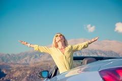 Счастливое перемещение женщины автомобилем в горах Стоковое фото RF