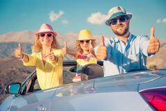 Счастливое перемещение семьи автомобилем в горах Стоковые Изображения