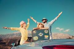 Счастливое перемещение семьи автомобилем в горах Стоковое фото RF