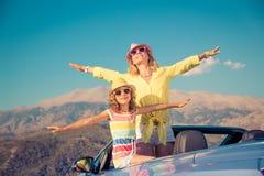 Счастливое перемещение семьи автомобилем в горах стоковая фотография rf