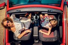 Счастливое перемещение семьи автомобилем Стоковые Изображения RF