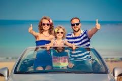 Счастливое перемещение семьи автомобилем Стоковые Изображения