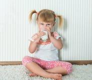 Счастливое питье девушки молоко Стоковые Изображения RF