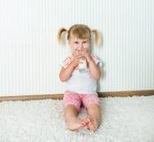 Счастливое питье девушки молоко Стоковые Фотографии RF