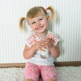 Счастливое питье девушки молоко Стоковое Изображение RF