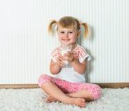 Счастливое питье девушки молоко Стоковая Фотография