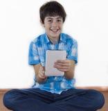 Счастливое предназначенное для подростков смотрит к блокноту цифров Стоковые Фотографии RF