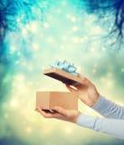 Счастливое представление подарочной коробки Стоковые Изображения RF