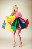 Счастливое платье женщины вкратце с хозяйственными сумками Стоковые Фото