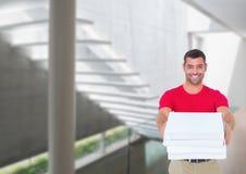 Счастливое работник доставляющее покупки на дом давая коробки пиццы в коридоре Стоковое Изображение RF