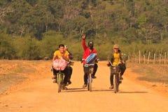 Счастливое дружелюбное молодые люди в Лаосе стоковые изображения rf