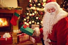 Счастливое Санта с подарком на рождество Стоковые Изображения RF