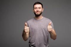 Счастливое смешное визирование выставки парня thumbs вверх и удача стоковые фотографии rf