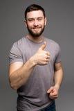 Счастливое смешное визирование выставки парня thumbs вверх и удача стоковое фото rf