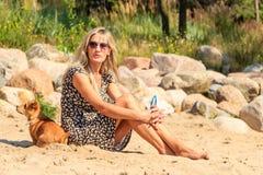 Счастливое солнце женщины загорая и ослабляя на пляже Стоковая Фотография RF
