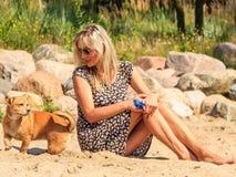 Счастливое солнце женщины загорая и ослабляя на пляже Стоковые Изображения RF