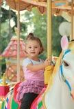 Счастливое усмехаясь катание девушки на лошади Стоковая Фотография