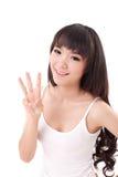 Счастливое, усмехаясь повышение женщины, указывая ее палец 3 вверх, без большого пальца руки стоковая фотография