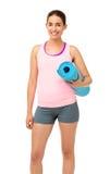 Счастливое удерживание женщины пригонки свернутое вверх по циновке тренировки Стоковое Изображение RF