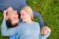 Счастливое coulpe на траве Любовь Стоковые Фотографии RF