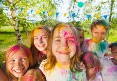 Счастливое kids& x27; стороны смазанные с покрашенным порошком Стоковые Изображения