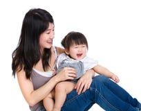 Счастливое siitng матери с дочерью младенца стоковое изображение rf