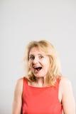 Предпосылка серого цвета определения смешных людей портрета женщины реальных высокая Стоковое Фото
