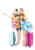 Счастливо молодые backpackers поднимают руки для того чтобы указать направление Стоковое Изображение RF