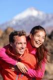 Счастливые автожелезнодорожные перевозки пар в активном образе жизни стоковая фотография rf