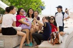 Счастливые азиатские девушки принимая selfie в Сингапуре Стоковые Изображения RF