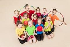 Счастливые активные дети в спортзале Стоковые Изображения RF