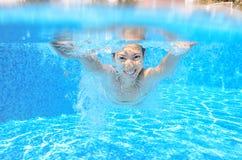 Счастливые активные подводные заплывы ребенка в бассейне Стоковые Фотографии RF