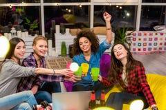 Счастливые дамы пробуя спирт в комнате Стоковые Фотографии RF