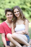Счастливые ласковые молодые подростковые пары Стоковая Фотография