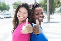 Счастливые африканские и кавказские женщины в городе Стоковое фото RF