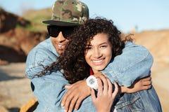Счастливые африканские любящие пары идя outdoors на пляж Стоковое фото RF