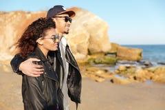 Счастливые африканские любящие пары идя outdoors на пляж Стоковые Изображения RF