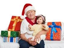 Счастливые бабушка и внучка с подарком коробки рождества - концепцией праздника Стоковые Изображения
