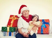 Счастливые бабушка и внучка с подарком коробки рождества - концепцией праздника Стоковое Изображение RF
