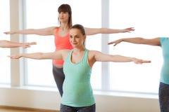 Счастливые беременные женщины работая в спортзале Стоковые Изображения