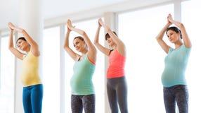 Счастливые беременные женщины работая в спортзале Стоковое Изображение