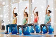 Счастливые беременные женщины с шариками тренировки в спортзале Стоковая Фотография RF