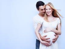 Счастливые беременные пары Стоковые Изображения RF