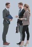 Счастливые бизнесмены в formalwear обсуждая новый проект Стоковая Фотография