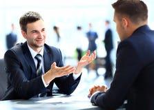 Счастливые бизнесмены говорить Стоковые Изображения RF