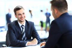Счастливые бизнесмены говорить Стоковая Фотография