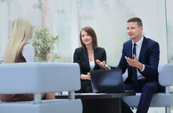 Счастливые бизнесмены говоря на встрече на офисе Стоковые Изображения RF